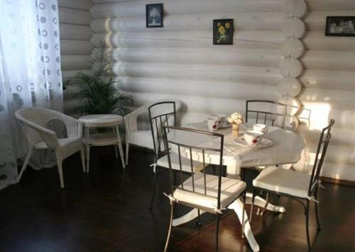 A restaurant or other place to eat at Kompleks otdyha Volzhanka