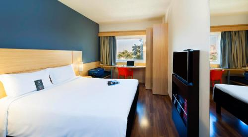 A bed or beds in a room at Ibis Paulinia