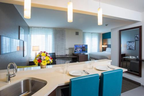 A kitchen or kitchenette at Residence Inn by Marriott The Bronx at Metro Center Atrium