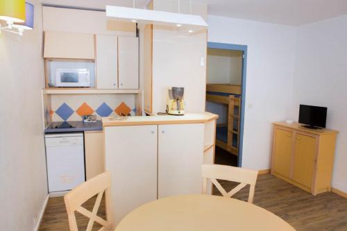 A kitchen or kitchenette at Maeva Particuliers Résidence Promenades des Bains