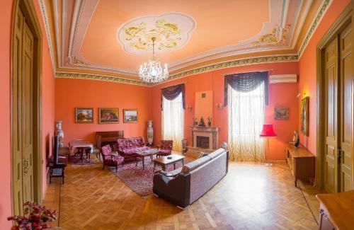 Uma área de estar em Royal Suite Apartment on Nizami Street