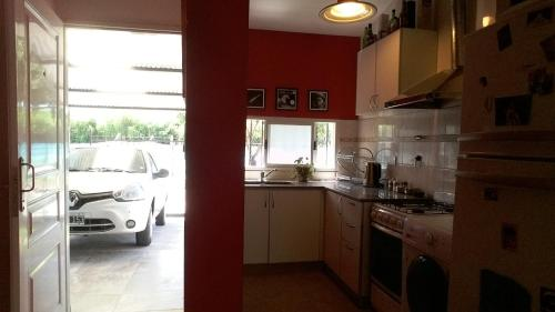A kitchen or kitchenette at Casa y barrio hermoso