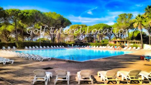 The swimming pool at or close to Golf Esterel Location