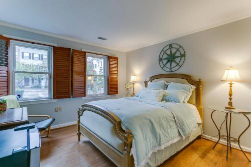 A bed or beds in a room at Garon & Diane's Place