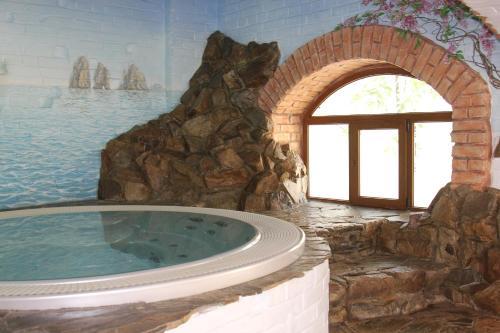 Бассейн в Usadba Meshcherskaya Park-Hotel или поблизости