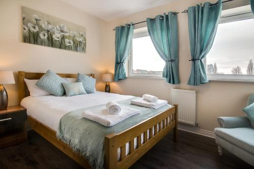 A bed or beds in a room at Wolverhampton City Stay II