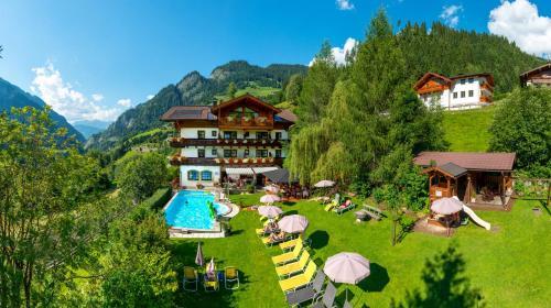 Ein Blick auf den Pool von der Unterkunft Hotel Dorfer oder aus der Nähe
