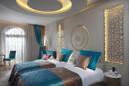 Кровать или кровати в номере Sura Design Hotel & Suites