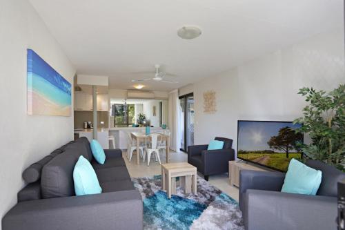 A seating area at Kananda Beach House
