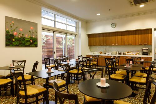 A restaurant or other place to eat at Adabco Boutique Hotel Adelaide