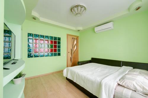 Кровать или кровати в номере Yaroslavskaya Vigvam24