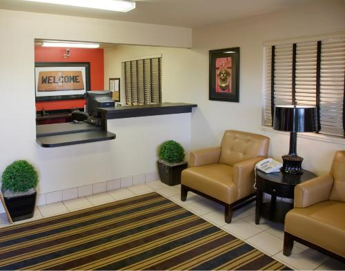 A seating area at Extended Stay America - San Diego - Sorrento Mesa