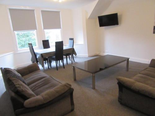 No 9 AT IVANHOE - LARGE 2 BED NEAR SEFTON PARK AND LARK LANE