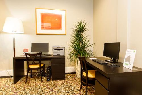 A television and/or entertainment center at Adabco Boutique Hotel Adelaide