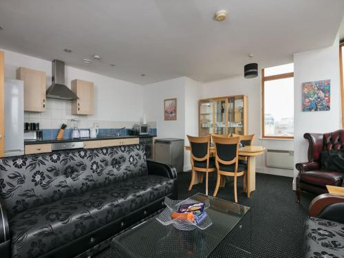 A seating area at Deluxe 2 Bed Apartment