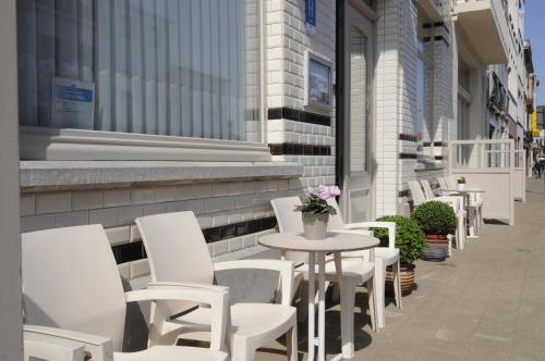 Ein Restaurant oder anderes Speiselokal in der Unterkunft Hotel Sabot D'Or