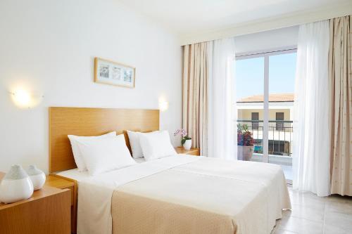 Ένα ή περισσότερα κρεβάτια σε δωμάτιο στο Renaissance Hanioti Resort