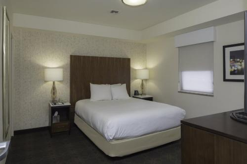 A bed or beds in a room at DoubleTree by Hilton Hotel & Suites Pittsburgh Downtown