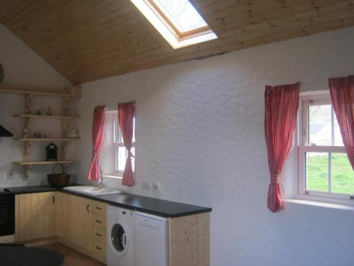 A kitchen or kitchenette at Mia's Self Catering Holiday Cottage