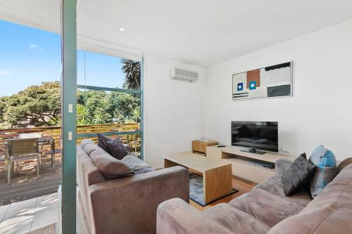 A seating area at Anglesea River Apartments - Spa Apartment 40