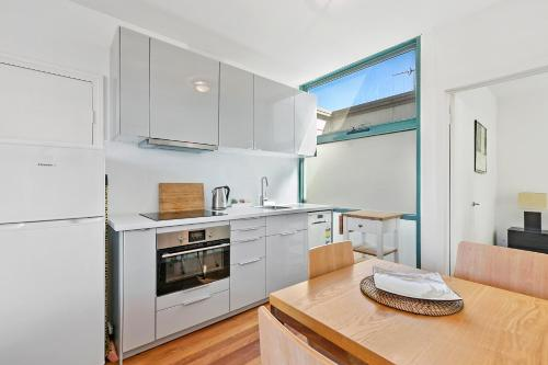 A kitchen or kitchenette at Anglesea River Apartments - Spa Apartment 40