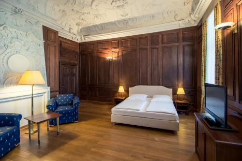 A bed or beds in a room at Hotel Schloss Neustadt-Glewe