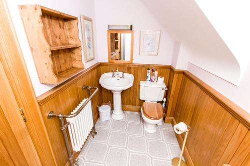 A bathroom at Erne Valley B&B