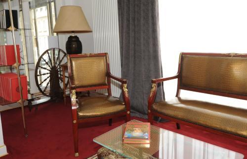 Ein Sitzbereich in der Unterkunft Hôtel Victor Hugo