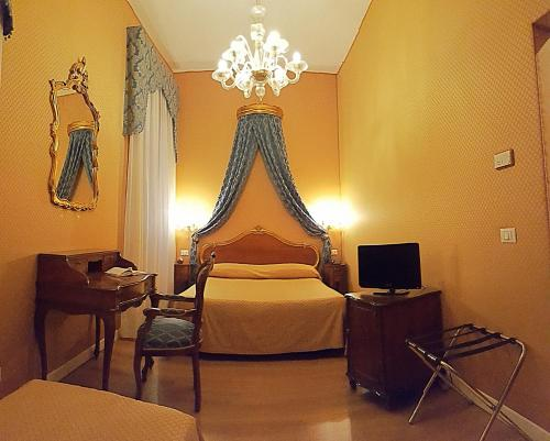 A bed or beds in a room at Hotel Locanda Canal