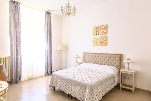 A bed or beds in a room at Gourmet B&B Villa Landucci
