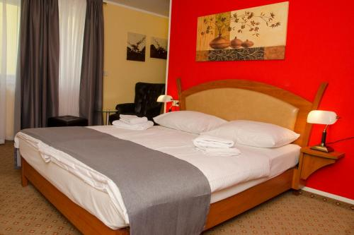 A bed or beds in a room at Aristo