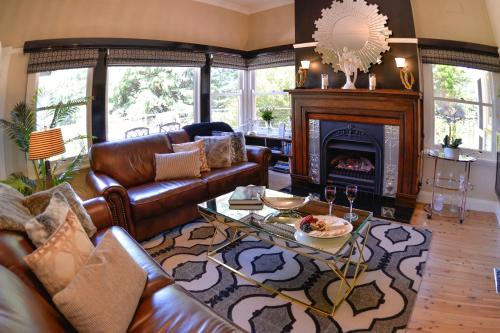 A seating area at Mountain Whispers Chatelaine Valley