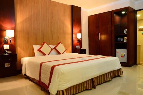 Giường trong phòng chung tại Petro House Hotel
