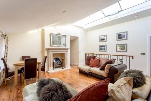 ALTIDO Prestigious Location - Quintessential Mews House