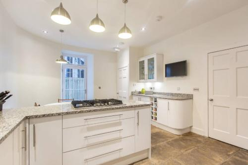 A kitchen or kitchenette at ALTIDO 2 Bed Apartment in City Centre