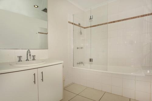 A bathroom at 1/882 David Low Way Marcoola - 500 Bond, Linen included, pet friendly