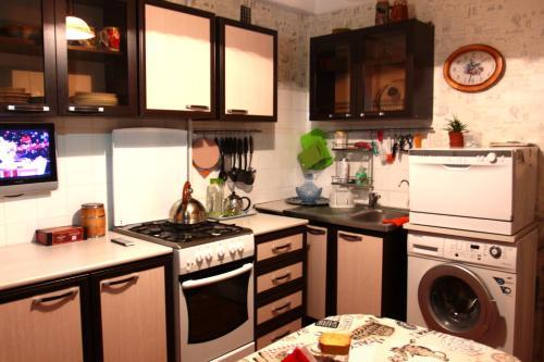 Кухня или мини-кухня в Apartments at Kondratyevskiy 75 block 2