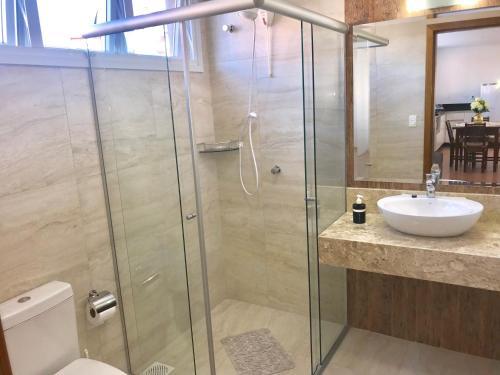 A bathroom at Apartamento no Centro de Gramado