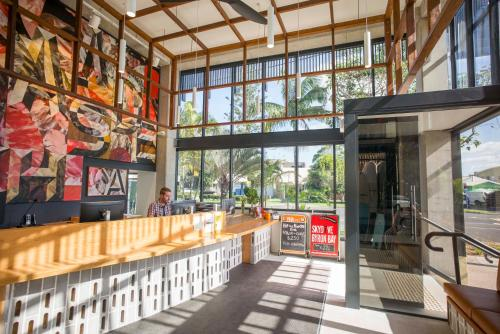 A restaurant or other place to eat at Byron Bay YHA