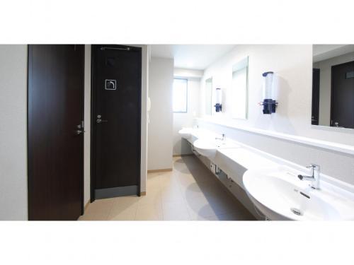 A bathroom at Beagle Tokyo Hostel&Apartments