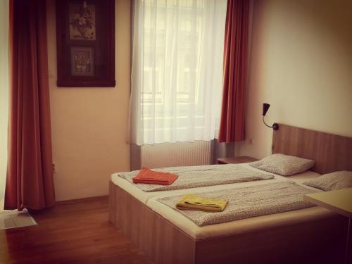 Ένα ή περισσότερα κρεβάτια σε δωμάτιο στο Capital Guesthouse Budapest