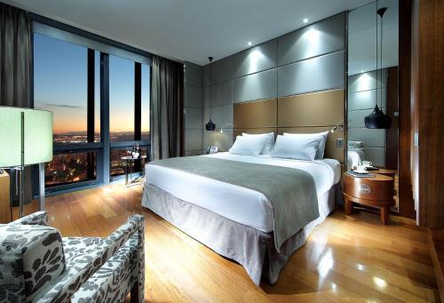 Un ou plusieurs lits dans un hébergement de l'établissement Eurostars Madrid Tower