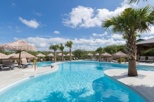 A piscina localizada em Morena Resort ou nos arredores