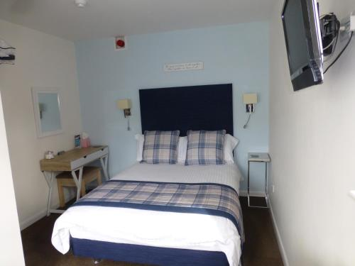 A bed or beds in a room at Gordons