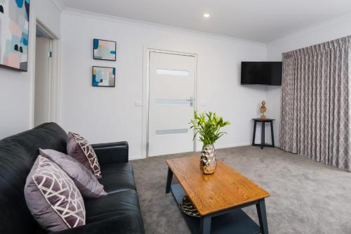 A seating area at Albury Yalandra Apartment 5
