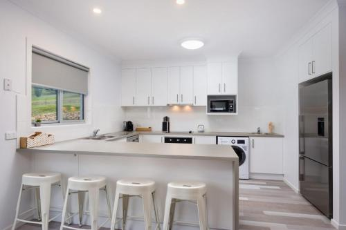 A kitchen or kitchenette at Albury Yalandra Apartment 2