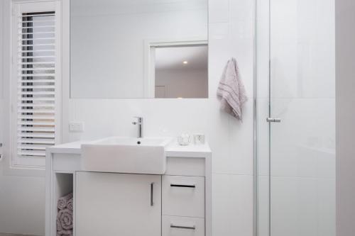 A bathroom at Albury Yalandra Apartment 4