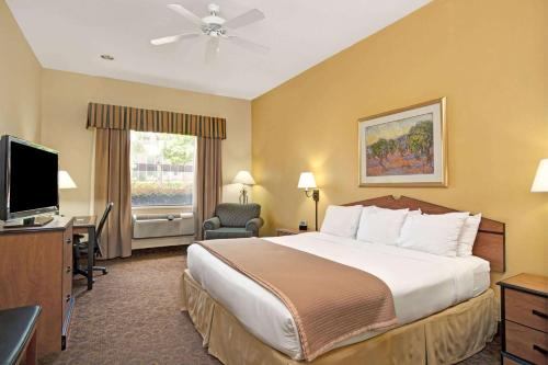 A bed or beds in a room at Wingate by Wyndham Houston Bush Intercontinental Airport IAH