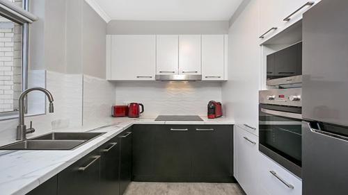 A kitchen or kitchenette at Light Filled Apartment Moments from the CBD - RAND3