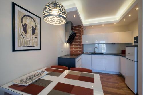 A kitchen or kitchenette at Apartamenty Starówka - Melody